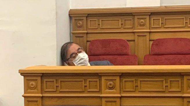 Fernando Mora, presidente del Grupo parlamentario del PSOE en las Cortes de Castilla-La Mancha, fue 'pillado echándose una cabezadita' en su escaño de la cámara autonómica