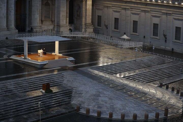 El papa Francisco presidió también en el año 2020 un Vía Crucis en una Plaza de San Pedro totalmente vacía por el coronavirus