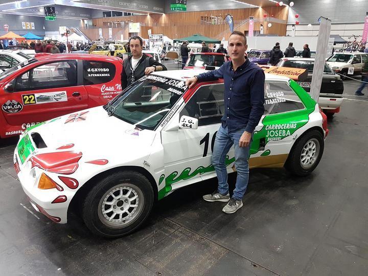 Iker Gayoso y Diego Fernández vuelven a la competición con el Citroën AX Proto tras seis años lejos de las carreras, posando con su nuevo vehículo. Foto: Toño Ruiz Garmendia / SPORT FOTO