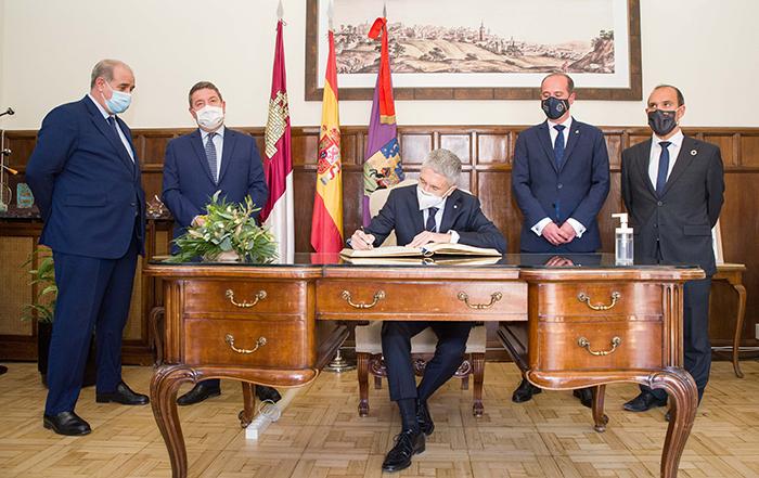 Grande-Marlaska y el alcalde de Guadalajara firman el protocolo que permitirá construir la nueva y moderna sede del GEO