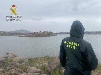 La Guardia Civil trabaja en un dispositivo de búsqueda de una persona desaparecida en el pantano del Guajaraz en Argés