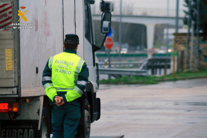 Detenido en las carreteras de Guadalajara un conductor de camión circulando en zig-zag y superando seis veces la tasa de alcoholemia permitida