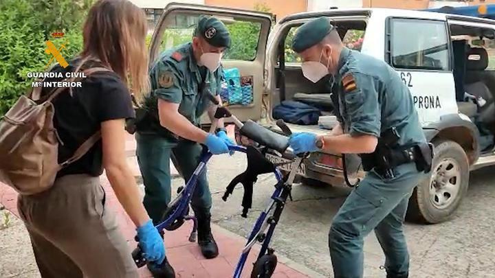 La Guardia Civil entrega material de rehabilitación y escolar en diversos núcleos rurales de Guadalajara