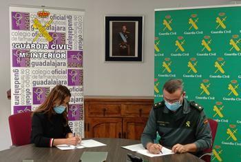 UN APLAUSO : La Guardia Civil y el Colegio Oficial de Farmacéuticos de Guadalajara firman un procedimiento operativo de colaboración en mejora de la seguridad de nuestros mayores