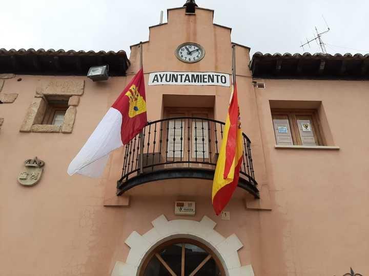 Henche ondea sus banderas a media asta en señal de luto y homenaje por todas las víctimas del coronavirus