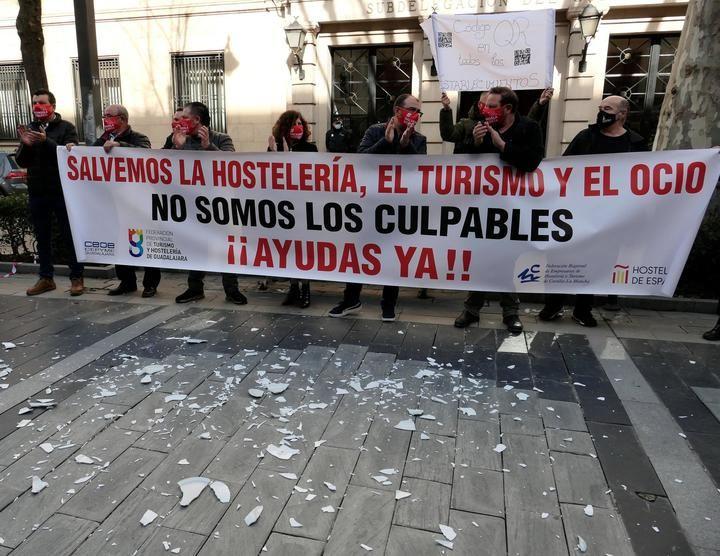 Medio millar de empresarios, autónomos y trabajadores del sector de la hostelería, el turismo y el ocio de Guadalajara se CONCENTRAN ante la Subdelegación del Gobierno