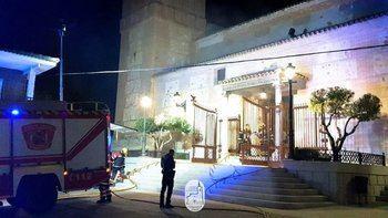Un incendio en la iglesia de Carranque afecta a parte de la techumbre y al retablo