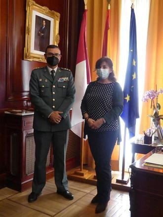 La subdelegada del Gobierno recibe al coronel Segura, que deja la Comandancia de la Guardia Civil de Guadalajara para incorporarse a su nuevo destino