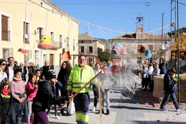 Cincuenta niños, y otros tantos mayores, llenan de tradición el jueves lardero en Pareja