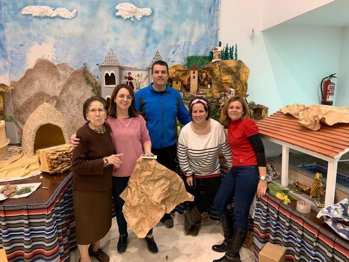 Ledaña ultima su Belén ambientado en monumentos de la localidad y dirigido por María Castillejo, una vecina de 90 años