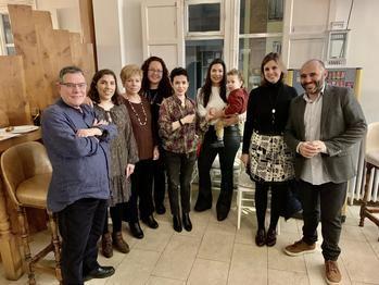 El socio fundador del Grupo Abrasador, Julio Ramírez (dcha.) junto a la familia del Grupo Lino