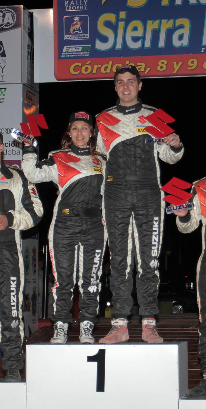 Efrén Llarena y Sara Fernández levantan sus trofeos en lo más alto del pódium de la Copa Suzuki en el Rallye Sierra Morena de Córdoba.