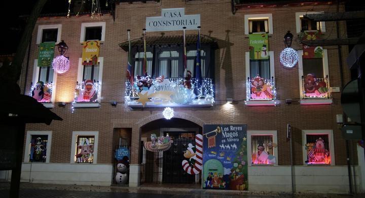 La fachada del Ayuntamiento de Alovera ya luce un montaje animado que ambientará parte de la programación navideña