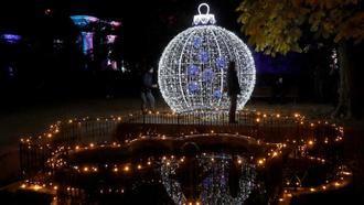 Madrid enciende esta tarde las luces de Navidad, con más Belenes, más espíritu navideño y una gran bola gigante de 12 metros