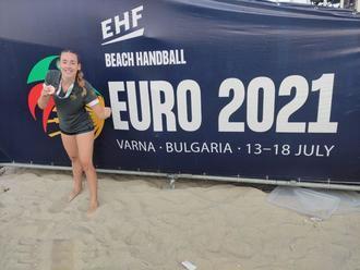 La fuentenovillera Mónica Cámara, bronce en balonmano playa con España