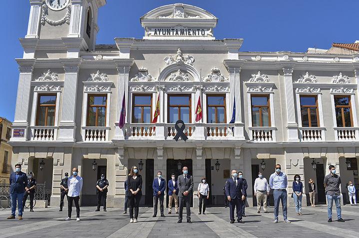 Minuto de silencio en el Ayuntamiento de Guadalajara para recordar a las víctimas del coronavirus y a sus familias
