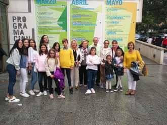 Los participantes del VII Certamen Cultural 'David Vilela Fernández' disfrutaron de una tarde de teatro en Yebra