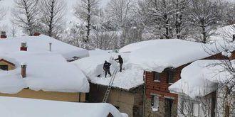Los aparejadores aconsejan a los vecinos limpiar la nieve de las terrazas y balcones que pueda caer sobre la vía pública
