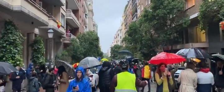 """Crece el número de personas que se congregan en Madrid para pedir la dimisión de Sánchez al grito de """"Libertad"""""""