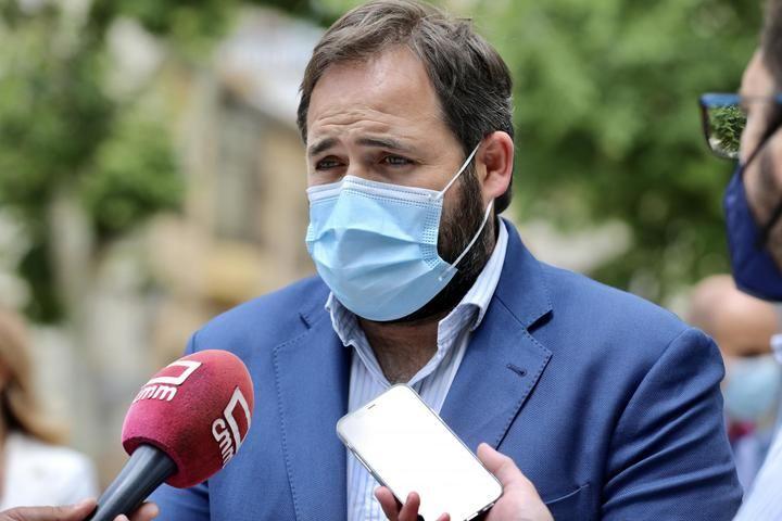 """Núñez pide a los Gobiernos de Sánchez y Page que sean """"sensibles"""" con los ayuntamientos en el reparto de los fondos europeos"""