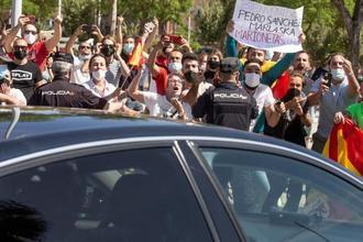 Abucheos, insultos y golpes al coche de Pedro Sánchez al llegar a Ceuta