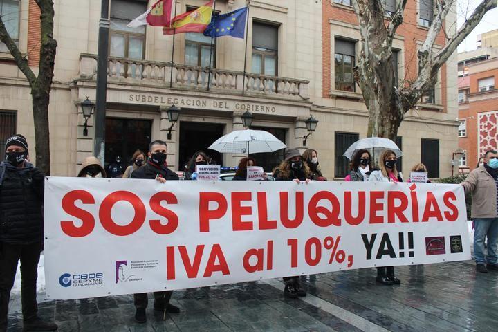 La Asociación de Peluquerías y Centros de Estética de Guadalajara VUELVEN a CONCENTRARSE para pedir la bajada del IVA al 10%