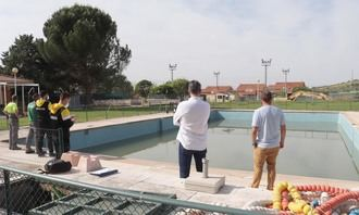 El Ayuntamiento de Cabanillas ejecuta trabajos de puesta a punto en la Piscina de Verano, de cara a su apertura estival
