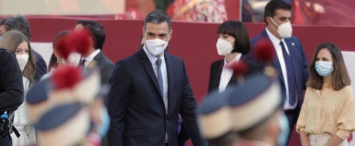 """Aplausos al Rey y monumental pitada y gritos de """"Sánchez, dimisión; Sánchez, okupa"""" en el desfile del 12 de octubre"""