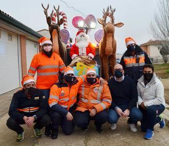 Protección Civil de Yunquera de Henares ayuda a Papá Noel a repartir regalos por las calles del pueblo