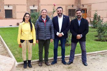 Desde la izquierda, la primera teniente de alcalde, el representante de Proyecto Hombre, el alcalde de Azuqueca y el concejal de Derechos y Libertades. Fotografía: Ayuntamiento de Azuqueca
