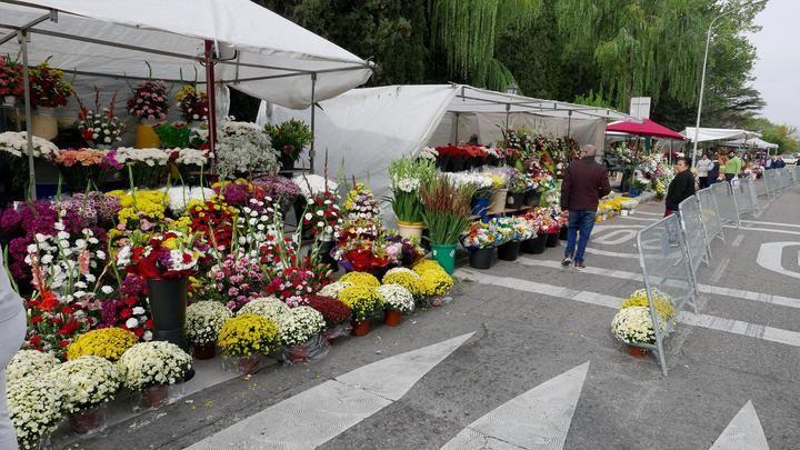 Ayer, en los puestos de flores de las inmediaciones del Cementerio de Guadalajara Foto : EDUARDO BONILLA