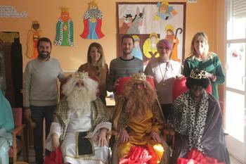 Los Reyes Magos adelantan su llegada para visitar a los ancianos del Servicio de Estancias Diurnas de Cabanillas