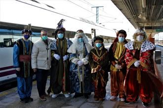 Los Reyes Magos llegan en Alta Velocidad para participar en el reparto de regalos a los niños de Yebes y Valdeluz
