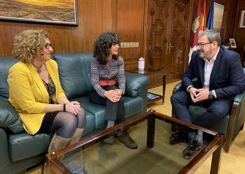 Eusebio Robles felicita a Inmaculada Haro por el reconocimiento regional que recibirá en el acto institucional del Día Internacional de las Mujeres