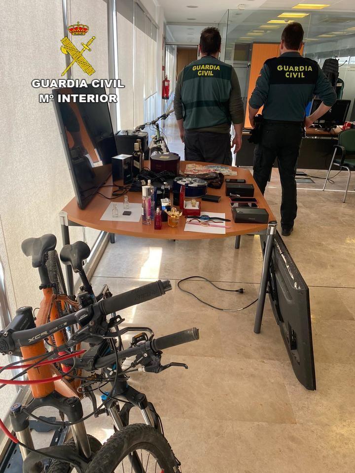 La Guardia Civil detiene a 4 personas por varios delitos de robo de joyas, artículos electrónicos, perfumes de alta gama y bicicletas en la comarca del Campo de Montiel