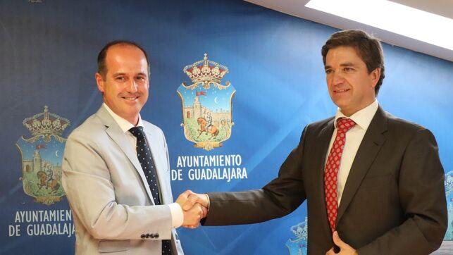 Rojo se niega a dar explicaciones en el Pleno sobre el escándalo de nepotismo en la contratación en el Ayuntamiento de Guadalajara por más de 100.000 euros de dos hermanos de los concejales de su equipo de Gobierno
