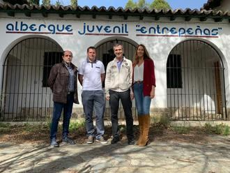 Román se compromete a ayudar al alcalde de Auñón a poner en marcha el albergue juvenil y para que mejoren la conectividad de internet; mientras en Tendilla ha mostrado su apoyo al Museo de Arte Contemporáneo