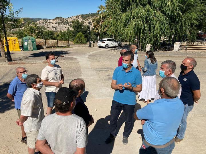 El senador Antonio Román muestra su apoyo a los vecinos de Córcoles por las restricciones de agua que les impone el alcalde socialista de Sacedón