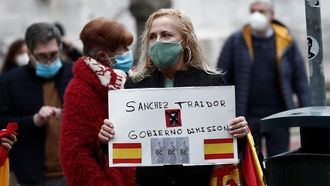 Pedro Sánchez recibido entre gritos y abucheos a su llegada al Palacio de Navarra