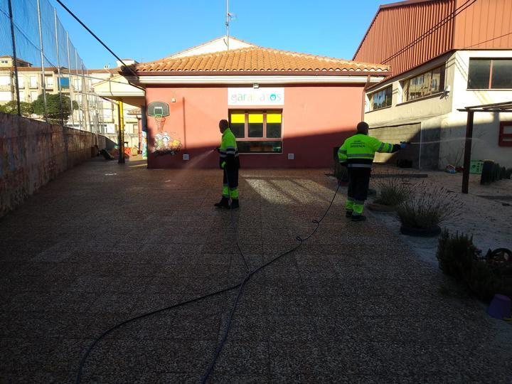 El Ayuntamiento de Sigüenza desinfecta contra coronavirus los centros educativos