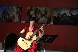 Silvia Nogales subraya con su guitarra el nombramiento de José Luis Romanillos