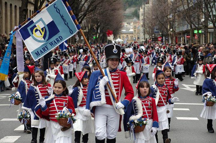 Cinco mil niños con sus tambores desafían al frío e inundan las calles de San Sebastián