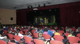 La Biblioteca Municipal de Alovera fomenta el teatro entre los alumnos de Infantil de Alovera con la obra Nanuk de la compañía Sol y Tierra