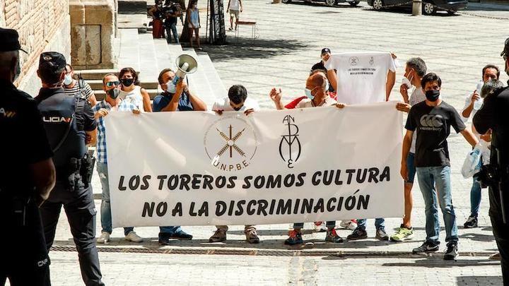 El mundo taurino protesta en un acto de la ministra de Trabajo en Toledo
