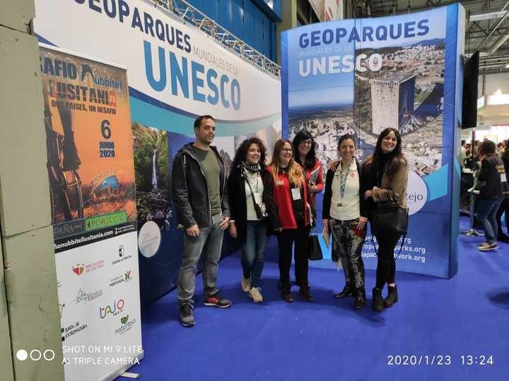 El diputado de Unidas Podemos Daniel Touset visita el stand de Geoparque Molina Alto Tajo y el de Guadalajara en FITUR
