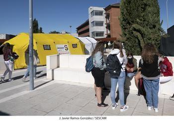 La unidad móvil de vacunación este martes en la Facultad de Ciencias de la Información de la Universidad de Alcalá en Guadalajara