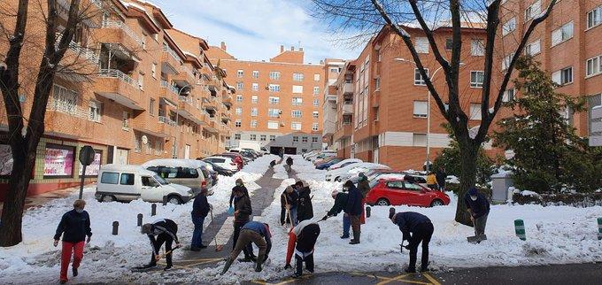 Vecinos de Guadalajara limpiando las calles
