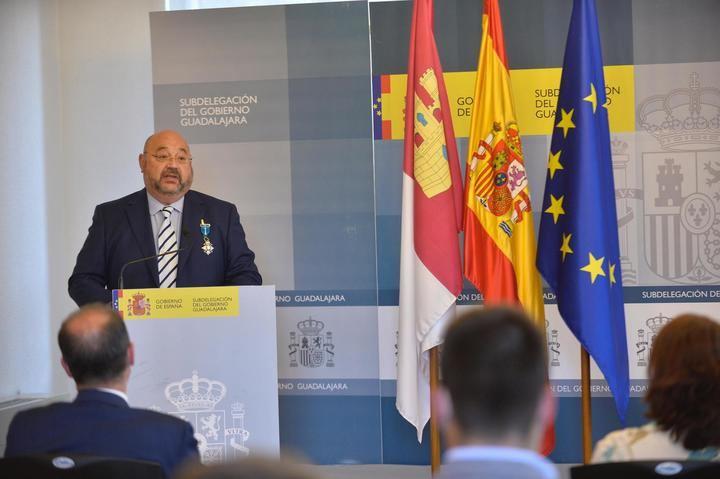 La subdelegada del Gobierno entrega la MERECIDA Cruz de la Orden del Mérito Civil a Vicente Plaza, jefe de Protección Civil de la ciudad de Guadalajara