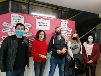 Villanueva de la Torre lanza una campaña para la prevención del absentismo escolar con el reparto de botellas de agua reutilizables personalizadas entre el alumnado