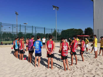 Jornada de observación de jugadores para la selección regional de balonmano playa, en el San Miguel de Azuqueca